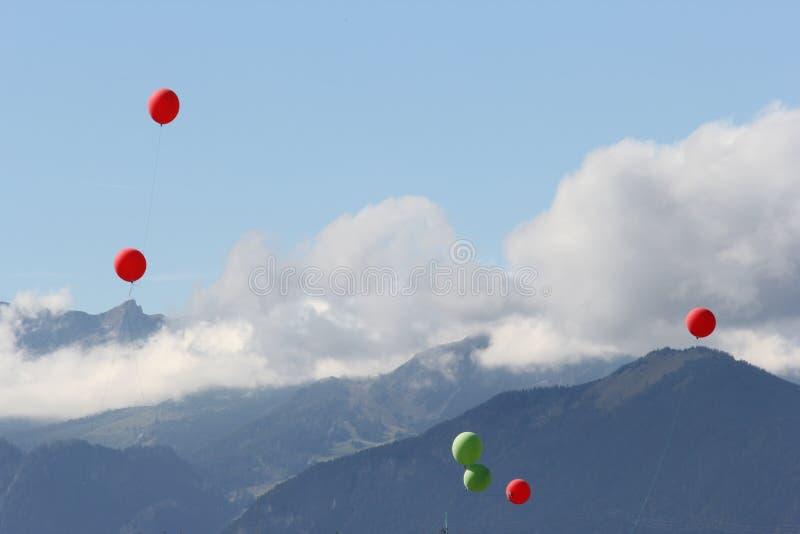 Воздушные шары над альп стоковые фотографии rf
