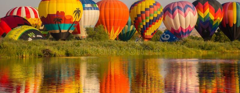 Воздушные шары отражая цвета стоковое изображение