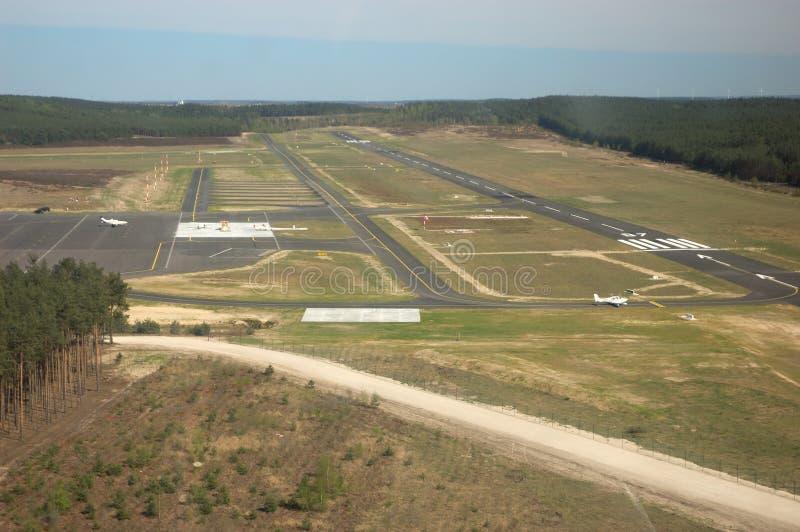 воздушный взгляд взлётно-посадочная дорожки стоковые фотографии rf