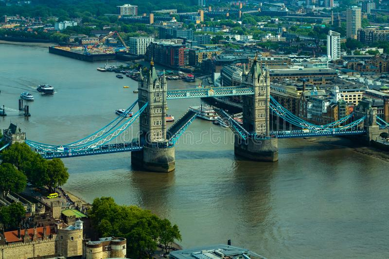 Воздушный взгляд городского пейзажа Лондона и реки Темза с мостом башни стоковое фото rf