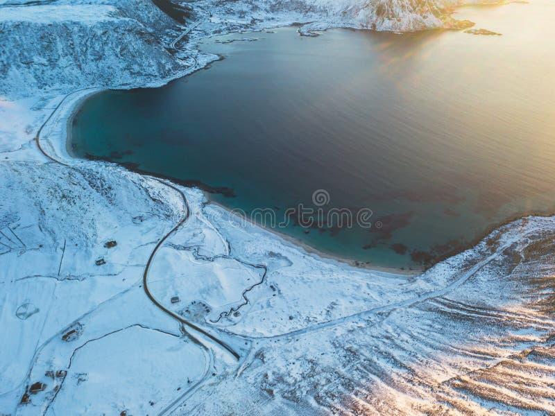 Воздушный взгляд зимы островов Lofoten приставает к берегу, Норвегия, съемка от трутня стоковые изображения rf