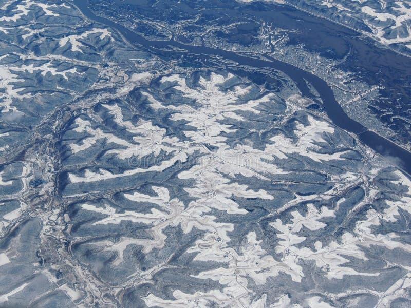 Воздушный взгляд ландшафта снега зимы земли сельских и города между Миннеаполисом Минесотой и Индианаполисом Индианой с сильными  стоковые изображения