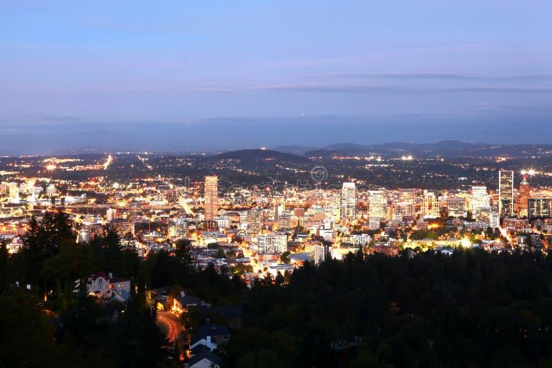Воздушный взгляд ночи горизонт Портленда, Орегона стоковое фото rf