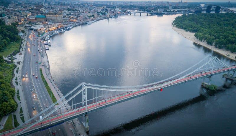 Воздушный взгляд ночи города Киева около пешеходного моста стоковое фото