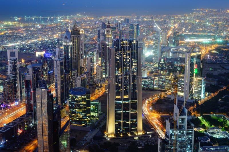 Воздушный взгляд ночи небоскребов всемирного торгового центра Дубай стоковые изображения