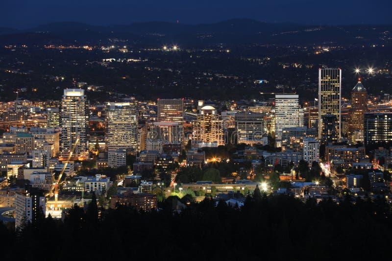 Воздушный взгляд ночи Портленда, Орегона стоковое фото