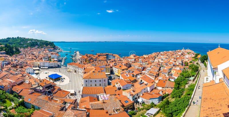 Воздушный взгляд панорамы города Piran, Словении Посмотрите от башни в церков В переднем плане небольшие дома, Адриатическое море стоковое фото rf