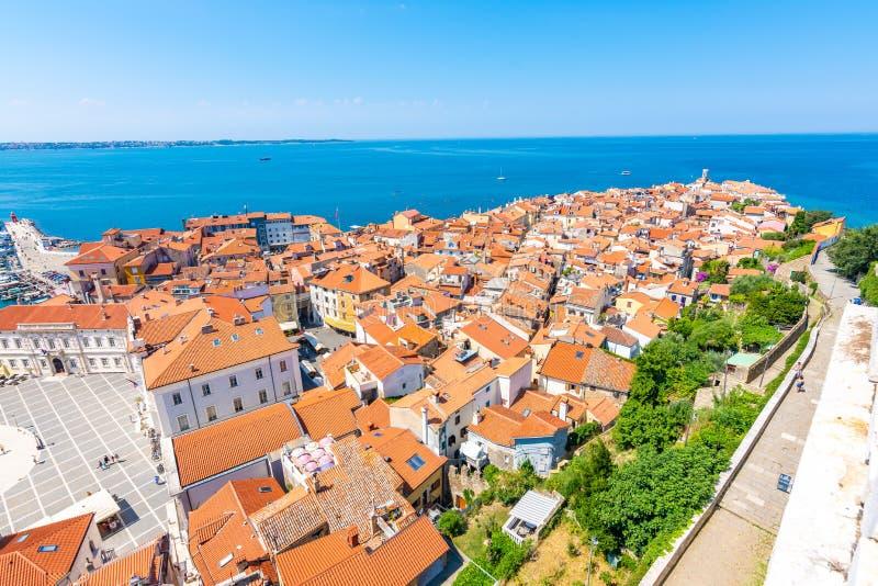 Воздушный взгляд панорамы города Piran, Словении Посмотрите от башни в церков В переднем плане небольшие дома, Адриатическое море стоковое изображение