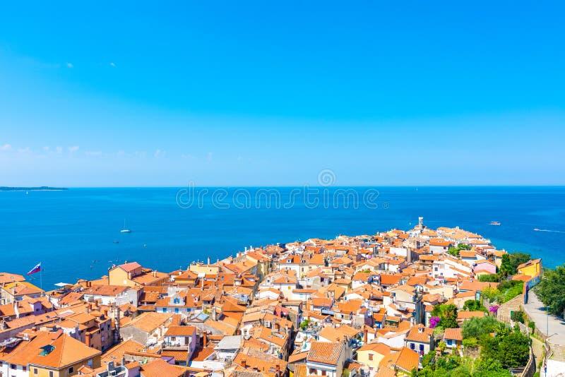 Воздушный взгляд панорамы города Piran, Словении Посмотрите от башни в церков В переднем плане небольшие дома, Адриатическое море стоковая фотография rf
