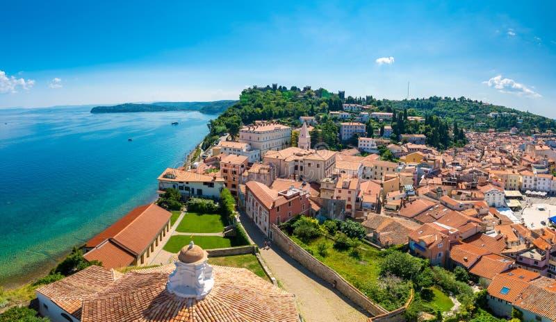 Воздушный взгляд панорамы города Piran, Словении Посмотрите от башни в церков В переднем плане небольшие дома, Адриатическое море стоковые фото