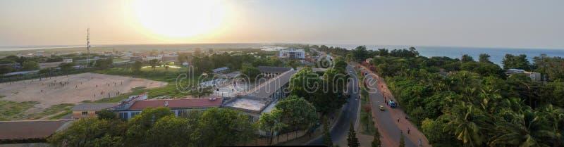 Воздушный взгляд панорамы к городу реки Банжула и Гамбии, Гамбии стоковое фото