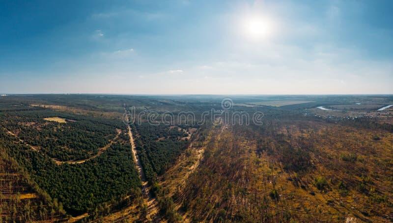 Воздушный взгляд панорамы сверху ландшафта природы с лесом и сельской сельской местностью, красивым ориентир ориентиром пейзажа стоковое изображение rf