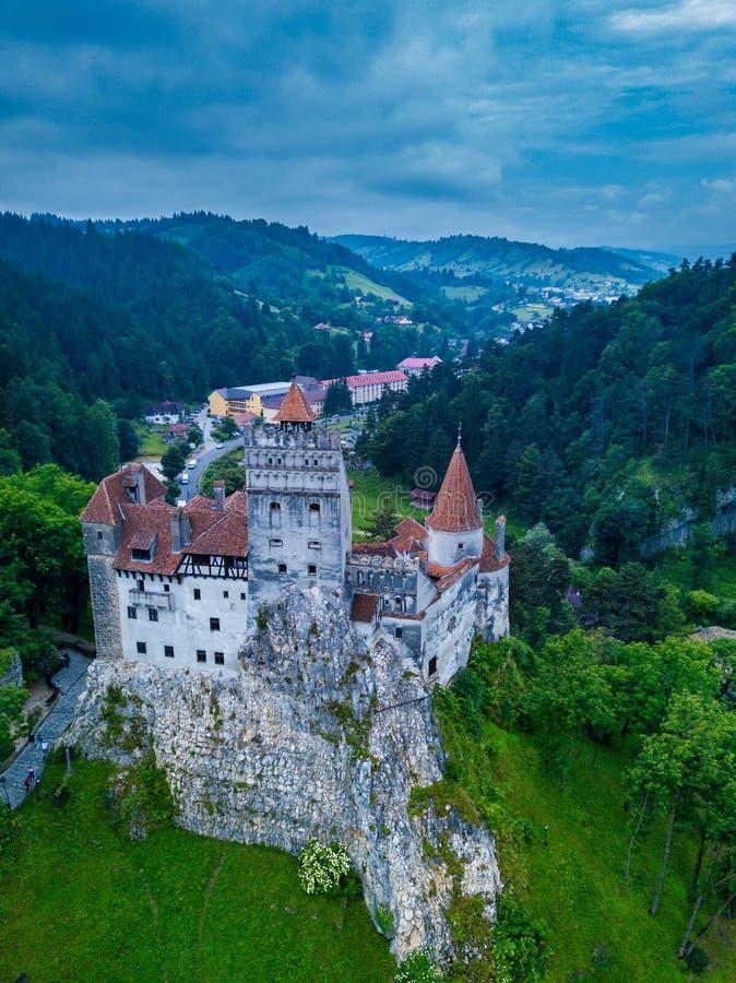 Воздушный взгляд панорамы средневекового замка отрубей, известный за миф Дракула стоковая фотография rf