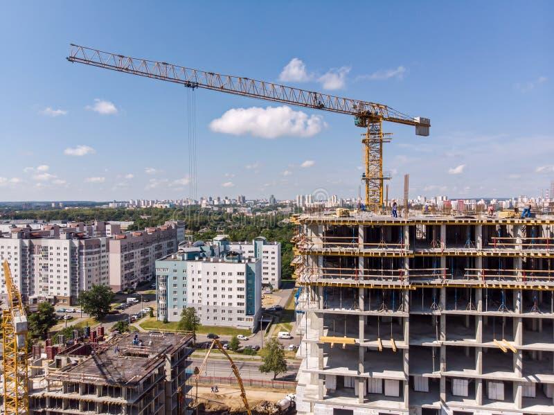 Воздушный взгляд панорамы строительной площадки с кранами стоковое изображение rf