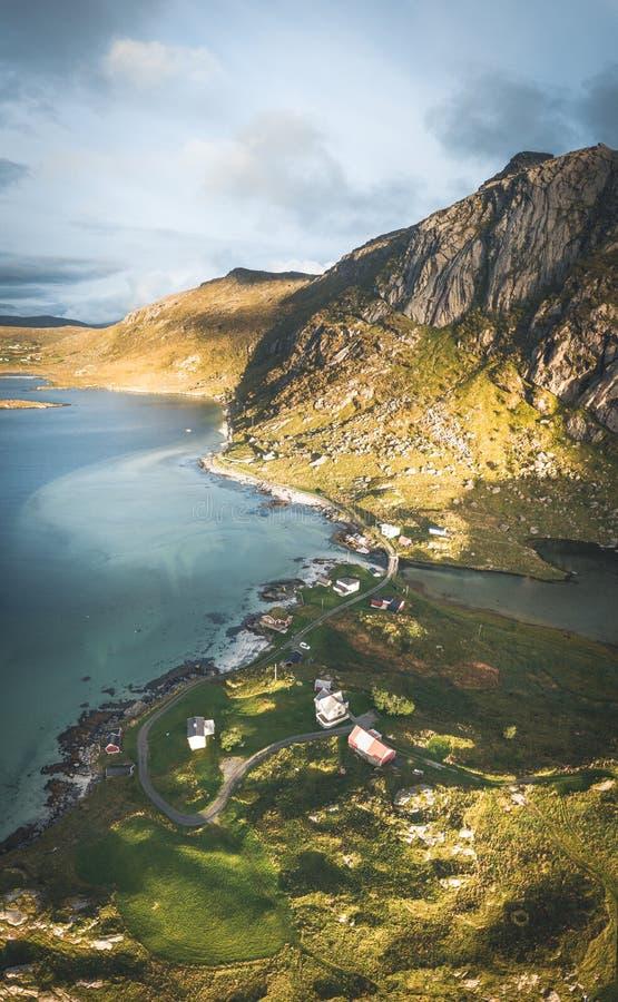 Воздушный взгляд панорамы трутня, который нужно пристать к берегу в Bjoernsand Lofoten, около Reine Hamny Пляж Kvalvika и Hauklan стоковая фотография rf