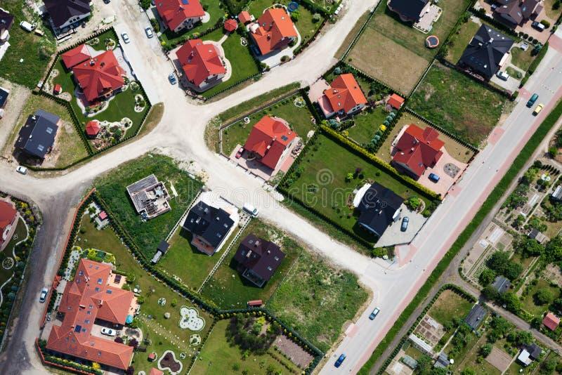 воздушный взгляд пригородов города стоковое изображение