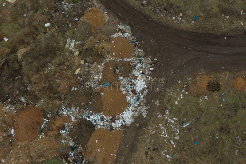 Воздушный взгляд сверху большой кучи отброса Куча отброса на противозаконной изначальной свалке мусора или на месте захоронения о стоковое изображение
