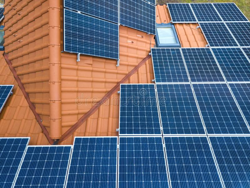 Воздушный взгляд сверху нового современного жилого коттеджа дома с системой панелей голубого сияющего солнечного фото voltaic на  стоковые изображения rf