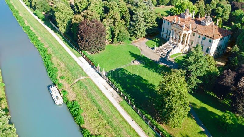 Воздушный взгляд сверху старинной виллы Giovanelli и сада на канале Brenta сверху, Падуя Padova в область венето, Венеции, Италия стоковое изображение
