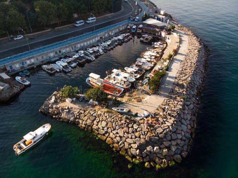 Воздушный взгляд трутня взморья Стамбула Uskudar при шлюпки состыкованные в бухте стоковое фото rf