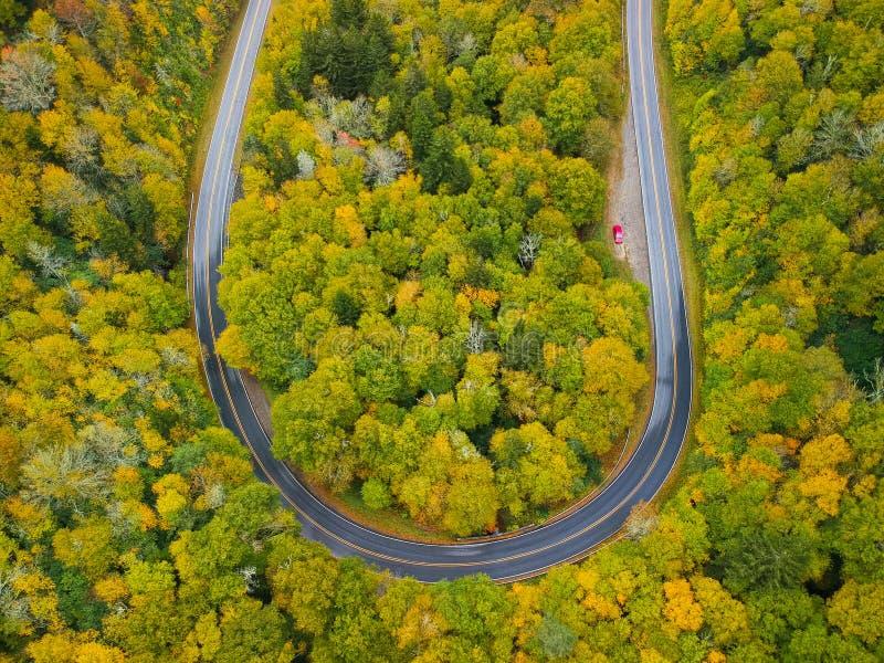 Воздушный взгляд трутня кривой дороги разворота в осени/листопаде надземных Голубое Ридж в Аппалачи около Asheville, стоковое фото rf