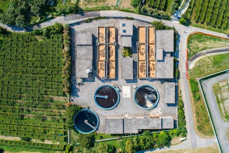 Воздушный взгляд трутня на заводе водоочистки на лете стоковая фотография rf