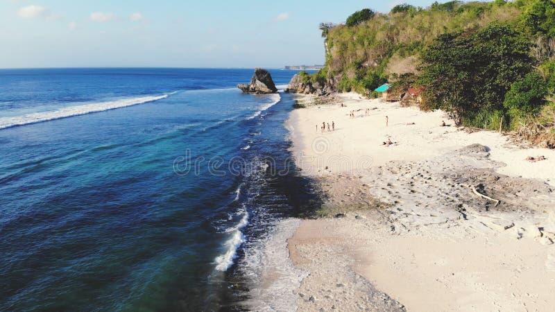 Воздушный взгляд трутня тропического пляжа Взгляд глаза ` s птицы волн океана разбивая стоковое изображение rf