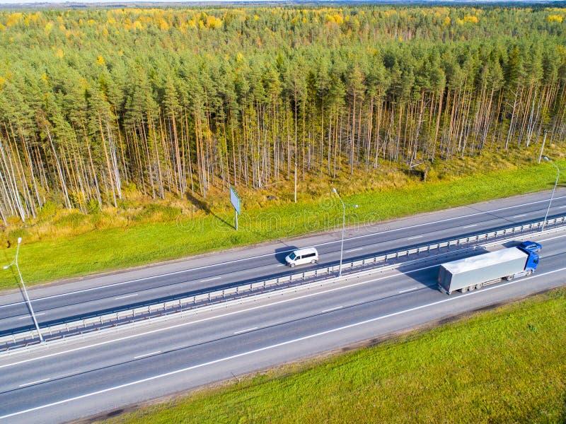 воздушный взгляд хайвея Автомобили пересекая мост взаимообмена Взаимообмен шоссе с движением Воздушное фото шоссе expressway стоковая фотография rf