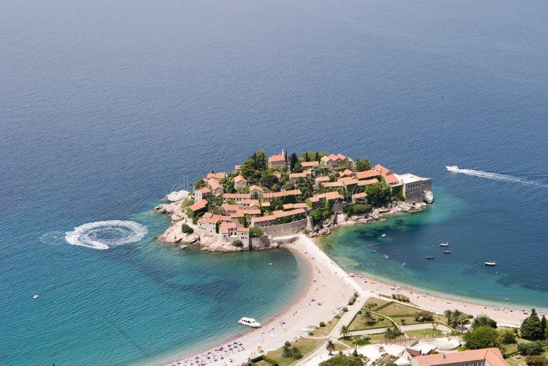 воздушный взгляд sveti stefan стоковая фотография