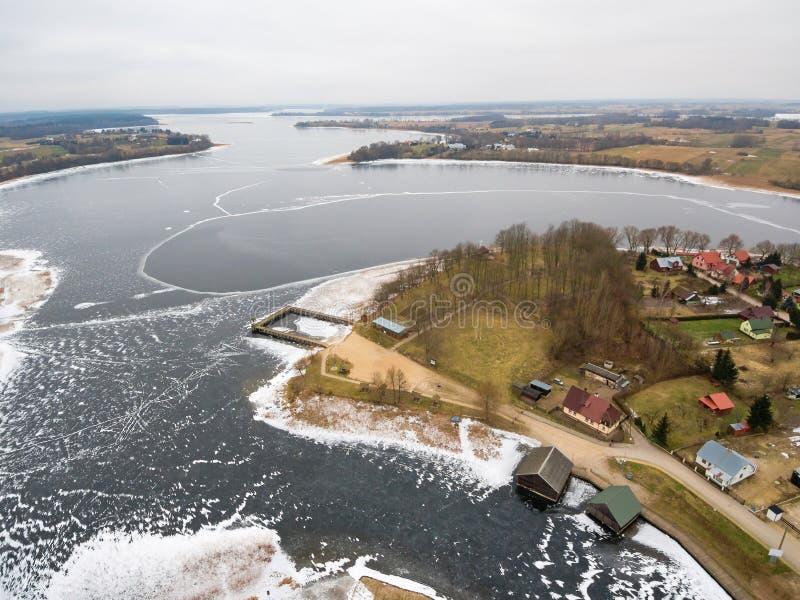 Воздушный вид на озеро Rajgrodzkie зимы и гора замка стоковое изображение rf