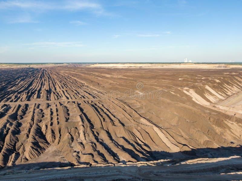 Воздушный выравниваясь взгляд захода солнца Welzow Süd, одного из самое большое рабочее немецкое открытого - брошенные шахты лигн стоковое фото rf