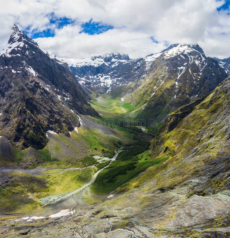 Воздушный ландшафт горы фьорда в Новой Зеландии стоковые фотографии rf