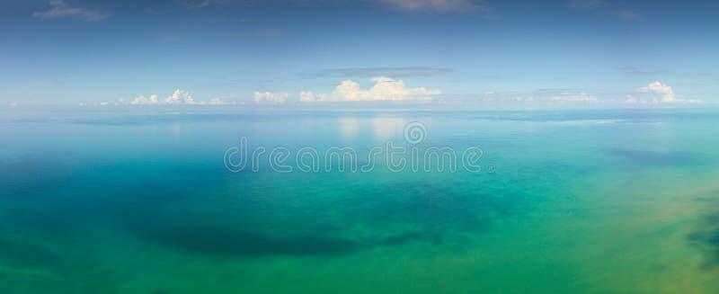 Воздушный ландшафт панорамы тропического моря стоковое изображение