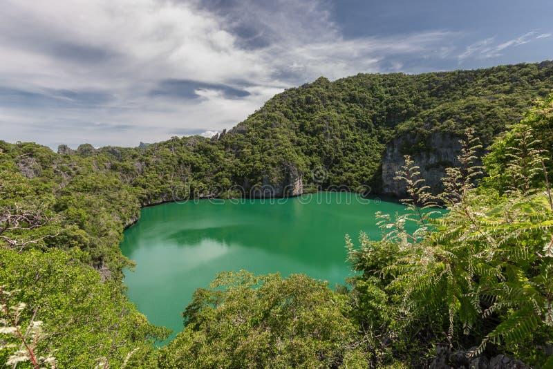 Воздушный ландшафт природы Nai Thale или голубой лагуны Изумрудное озеро вулкана на точке зрения острова Mae Ko Koh в Ang Mu Ko стоковое изображение rf