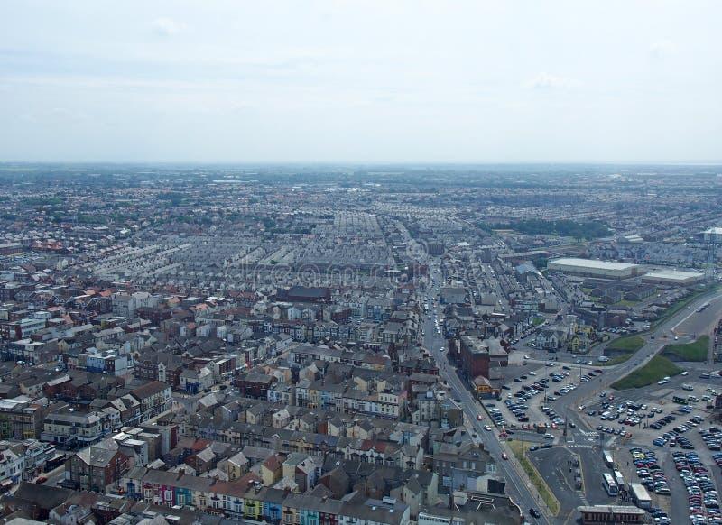 Воздушный панорамный взгляд городка Блэкпула смотря восточный показ улицы и дороги городка с сельской местностью lancashire стоковые изображения rf