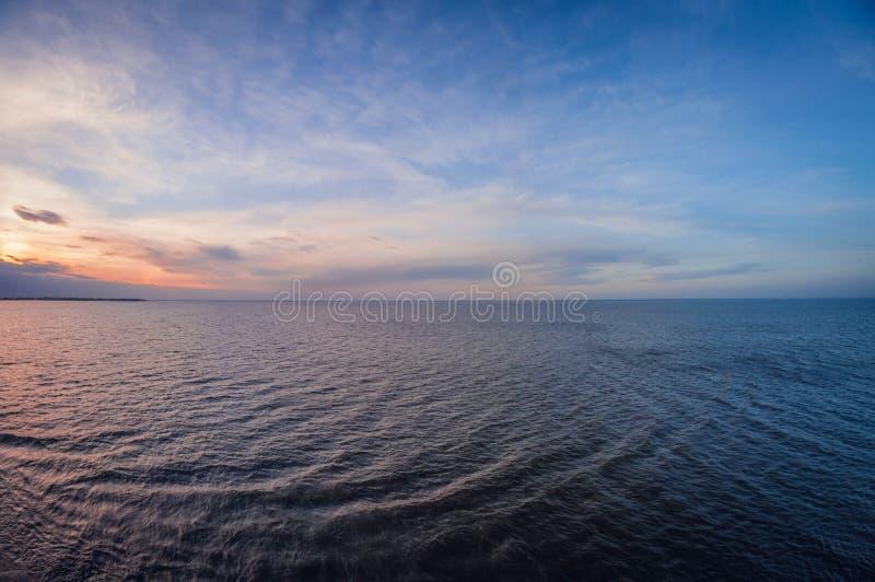 Воздушный панорамный взгляд захода солнца над океаном Только небо, облака и вода стоковая фотография