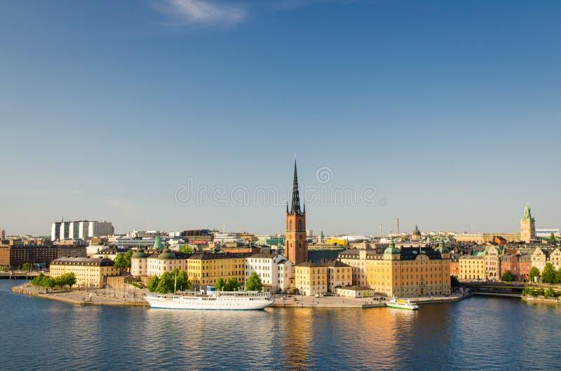 Воздушный панорамный взгляд сверху района Riddarholmen, церков Riddarholm и типичных зданий Швеции готических, корабля шлюпки пла стоковое фото rf