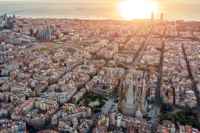 Воздушный панорамный вид Барселоны Испании Barceloneta, пляж, море, собор, исторический центр, готический квартал стоковая фотография rf
