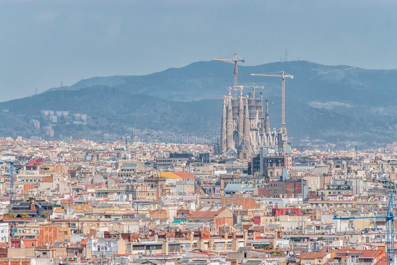 Воздушный панорамный вид горизонта города Барселоны и familia Sagrada в Испании стоковое фото rf