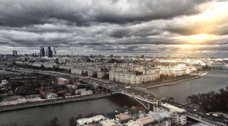 Воздушный панорамный вид города Москвы с путешествовать шлюпки вниз стоковые изображения rf