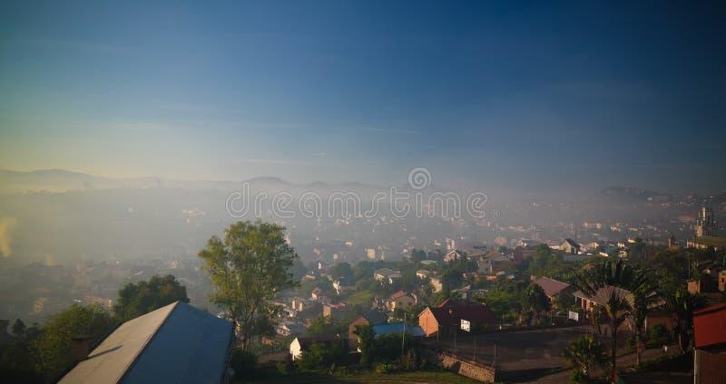 Воздушный панорамный вид к городу на восходе солнца, Мадагаскару Fianarantsoa стоковое изображение