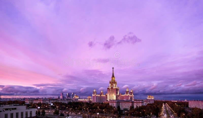 Воздушный панорамный вид на знаменитый университетский городок России в Москве под впечатляющим закатом неба стоковое изображение rf