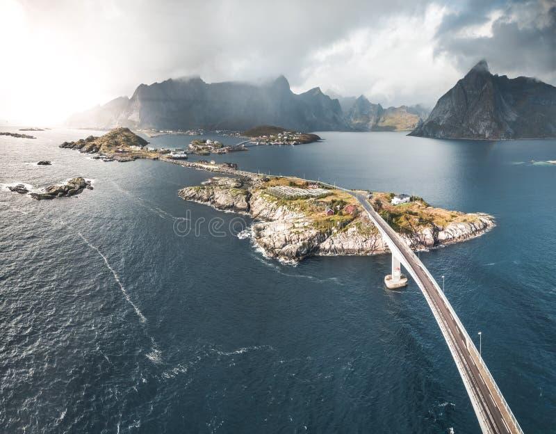 Воздушный панорамный вид рыбацкого поселка Reine традиционного в архипелаге Lofoten в северной Норвегии с голубым морем стоковая фотография rf
