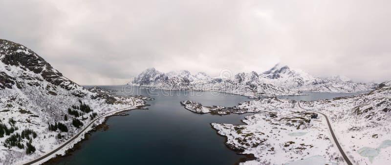 Воздушный панорамный вид трутня изумлять пейзаж зимы островов Lofoten с известным рыбацким поселком Норвегией Reine, Скандинавией стоковое фото rf