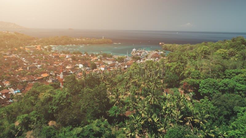 Воздушный полет трутня над деревней джунглей захода солнца стоковые фотографии rf