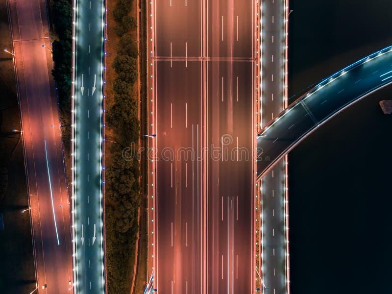 Воздушный полет трутня над дорожным движением ночи Двухуровневая транспортная развязка Взгляд сверху стоковые фото
