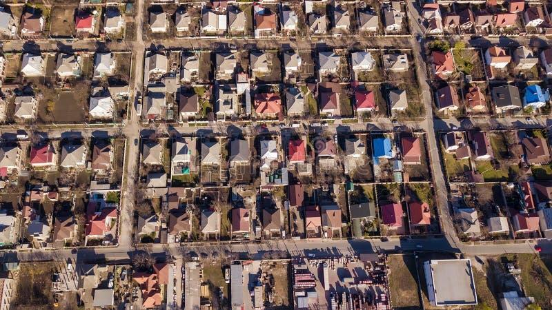 Воздушный полет трутня над пригородной общиной стоковое изображение rf