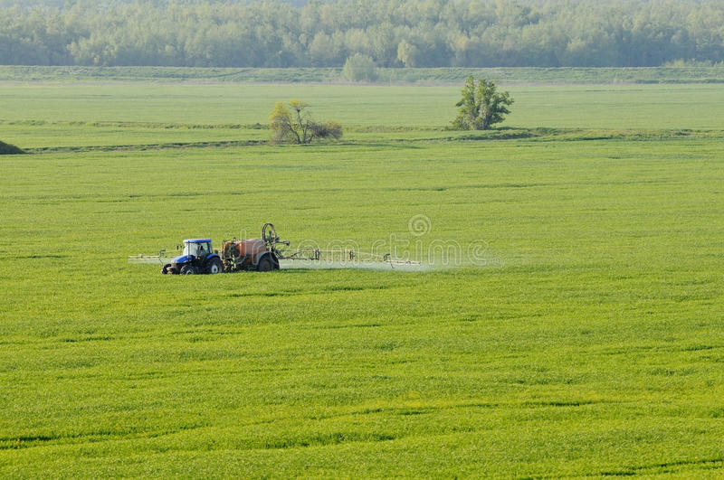 воздушный распыляя взгляд трактора веществ стоковая фотография rf