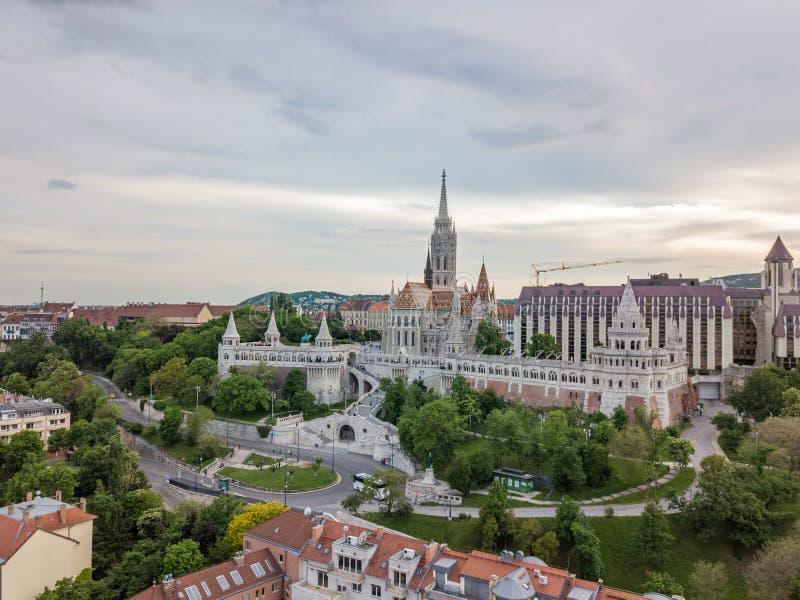 Воздушный сценарный взгляд бастиона рыболова на стороне Buda современного Будапешта, столицы Венгрии стоковые изображения rf