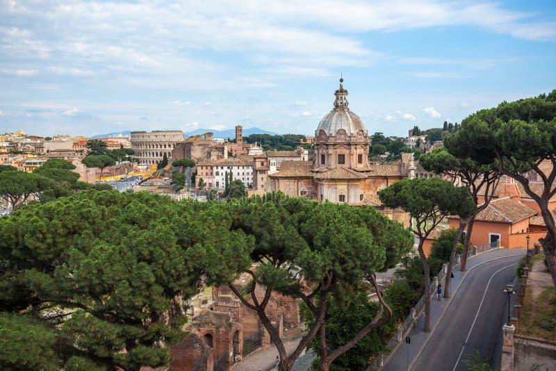 Воздушный сценарный взгляд Colosseum, римский форум в Риме и церковь стоковое фото rf